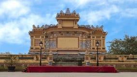 Stor buddistisk utomhus- mötesplats som ses från en upptagen gata i ton, Vietnam fotografering för bildbyråer