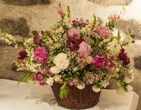 Stor bukett av blommor med en bakgrund för stenvägg Royaltyfria Foton