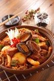 Stor bunke av kimchilunch med abalone, mushrooom, potatisar, nötkött Arkivbilder