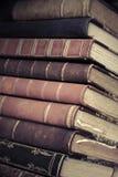 Stor bunt av gamla böcker med läderräkningar Arkivbild