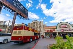 Stor buss Las Vegas Flygtur-på flygtur-Av på den Las Vegas remsan i Las Vegas Royaltyfri Fotografi