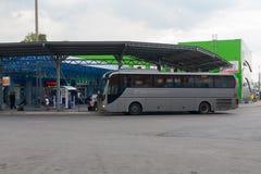 Stor buss på en bussstation Arkivfoto