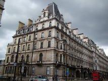 Stor byggnad i den London staden på en regnig dag Arkivfoto