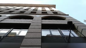 Stor byggnad med fönster Royaltyfri Foto