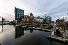 Stor byggnad som förbiser hamnöst, Baltimore, Maryland Royaltyfri Foto
