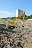 Stor Caterpillar grävskopa på konstruktionsplats Royaltyfria Bilder