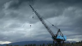 Stor Crane With Mountains And Stormy himmel arkivfilmer
