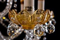 Stor crystal närbildljuskrona med stearinljus på svart bakgrund Royaltyfri Foto