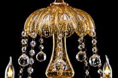 Stor crystal närbildljuskrona med stearinljus som isoleras på svart bakgrund Fotografering för Bildbyråer