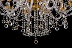 Stor crystal närbildljuskrona med stearinljus som isoleras på svart bakgrund Royaltyfri Bild