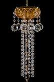 Stor crystal närbildljuskrona med stearinljus som isoleras på svart bakgrund Royaltyfri Foto