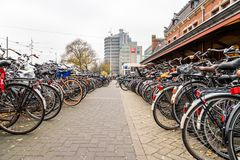 Stor cykelparkering bredvid den centrala drevstationen i Amsterdam royaltyfria bilder