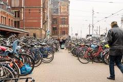 Stor cykelparkering bredvid den centrala drevstationen i Amsterdam fotografering för bildbyråer