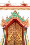 Stor dörr och stor konst i templet Arkivfoton