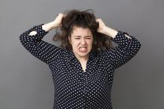 Stor dam som ut drar hennes hår Fotografering för Bildbyråer