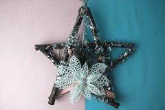 Stor dekorativ härlig träjulstjärna, själv-gjorda filialer och pinnar för en adventkransgran på det lyckliga festliga nya året royaltyfri foto