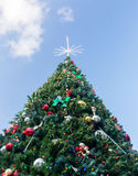 Stor dekorerad yttre jultree Fotografering för Bildbyråer
