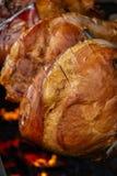 Stor del av kött som lagas mat på för att rotera gallret över öppen brand Grilled förberedde det fria Smoked grillade gammal Prag arkivbilder