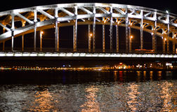 Stor delikat bro över floden Arkivbilder