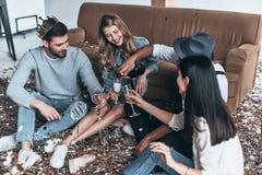 stor deltagare Bästa sikt av modern ungdomarhällande champagne w arkivbild