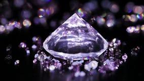 Stor diamant med många violett liten som roterar