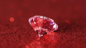 Stor diamant som roterar på röd bakgrund