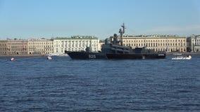 Stor Dimitrovgrad för missilfartyg` ` på bakgrunden av slottinvallningen längs den Neva floden petersburg saint lager videofilmer