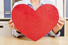 stor dof hands hjärta som rymmer red grund Fotografering för Bildbyråer