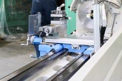 Stor drejbänk för metalljärnbänk, utrustning för reparationen, arbete med metall i seminariet på den metallurgical växten i repar fotografering för bildbyråer