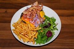 Stor dryck av hamburgaren med baconost- och fransmansmåfiskar Royaltyfria Foton