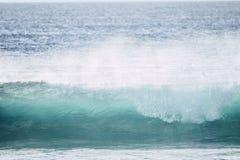 Stor dyningv?g med vit inverkan f?r h?g energi f?r skum som ?r perfekt f?r br?nning- och kroppbr?deaktivitet - fara med havvattne fotografering för bildbyråer