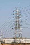 Stor elektrisk stolpe med manufactory Arkivbild
