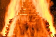 Stor enorm traditionell brand Bränna av häxor i en brasa Arkivfoto