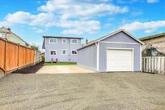 Stor fäktad bakgård med ett garage fotografering för bildbyråer