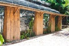 Stor fågelbur i zoo arkivfoto