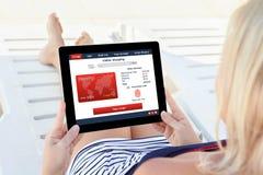 Stor för kreditkort för fingeravtryck för hållande minnestavla för kvinna shoping direktanslutet Arkivfoto