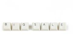 Stor försäljning från spridda tangentbordtangenter på vit Arkivbilder