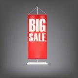 stor försäljning Vertikal röd flagga på pelaren Royaltyfria Foton