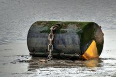 Stor förtöja boj för stora skepp på floden Royaltyfri Fotografi
