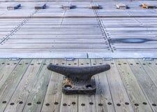 Stor förtöja dubb för torr skeppsdocka - landskap Arkivfoton