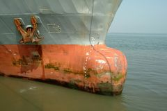 stor förtöjd gammal rostig ship royaltyfria foton