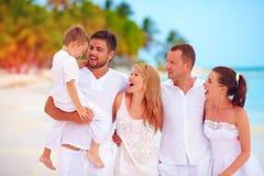 Stor familj, grupp av vänner som har gyckel på den tropiska stranden, sommarsemester Royaltyfri Bild