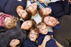 Stor familj i en cirkla Arkivbild