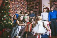 Stor familj som är lycklig med härliga leenden att fira jul Arkivbild