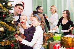 Stor familj som firar Xmas fotografering för bildbyråer
