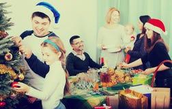 Stor familj som firar Xmas arkivfoto