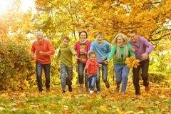 Stor familj som har gyckel Royaltyfri Bild