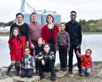 Stor familj vid sjön royaltyfri bild