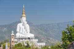 Stor fem vit buddha på Wat Pha Sorn Kaew Arkivfoton
