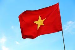 Stor flagga av Vietnam och blå himmel Royaltyfri Foto